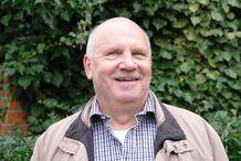 Mann vor einer grünen Wand - Copyright: Ev.-Luth Kirchengemeinde Schwarzenbek