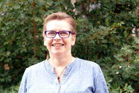 eine Frau vor Hecke - Copyright: Ev.-Luth Kirchengemeinde Schwarzenbek