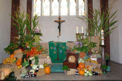 Altar zu beiden Seiten geschmückt mit Obst, Gemüse und Getreide - Copyright: Ev.-Luth. Kirchengemeinde Schwarzenbek