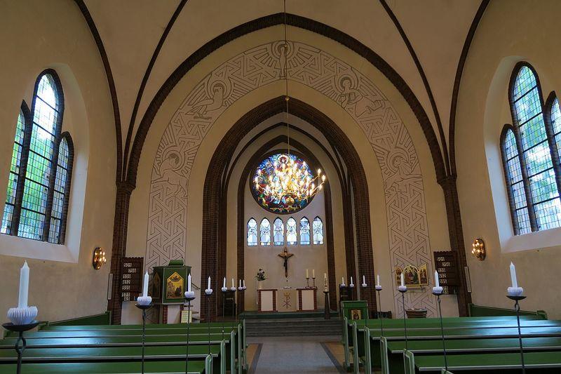 Innenraum der St.Franziskus-Kirche zu Schwarzenbek zum altar hin fotografiert