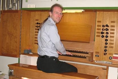 Kantor Markus Götze an der Orgel. - Copyright: Privat