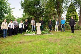 Gruppe Menschen um einen Grabstein - Copyright: KG Schwarzenbek - B. Münchow