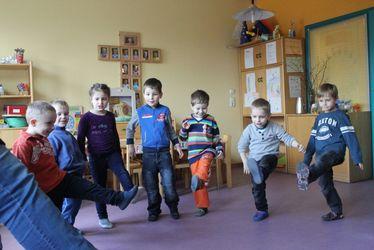 mehrer Kindergartenkinder - alles Jungs - tanzen - Copyright: Ev.-Luth. Kirchengemeinde Schwarzenbek