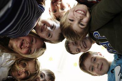 Viele Kindergesichter die nach unten in eine Kamera gucken. - Copyright: Ev.-Luth. Kirchengemeinde Schwarzenbek