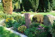 Grabanlage im Sommer mit einer Stele - Copyright: Ev.-Luth. Kirchengemeinde Schwarzenbek