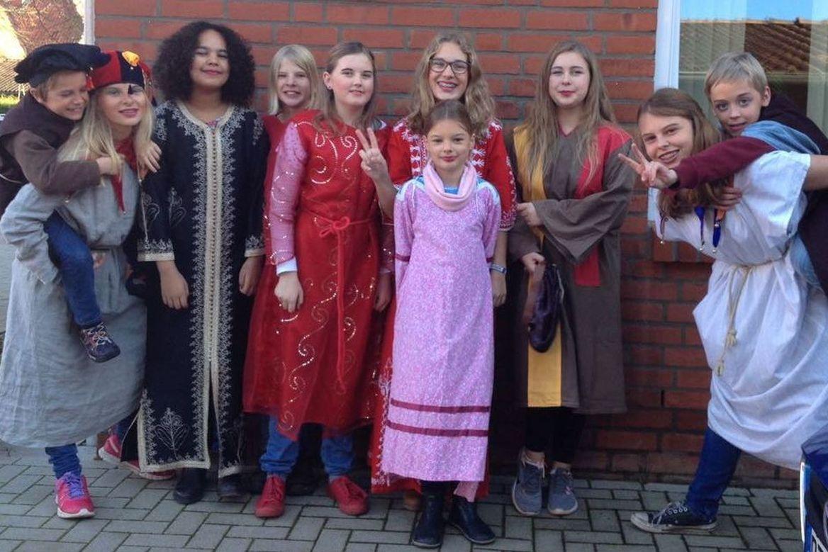 Viele Kinder die in historieschen Kostümen gekleidet sind. - Copyright: Ev.-Luth. Kirchengemeinde Schwarzenbek