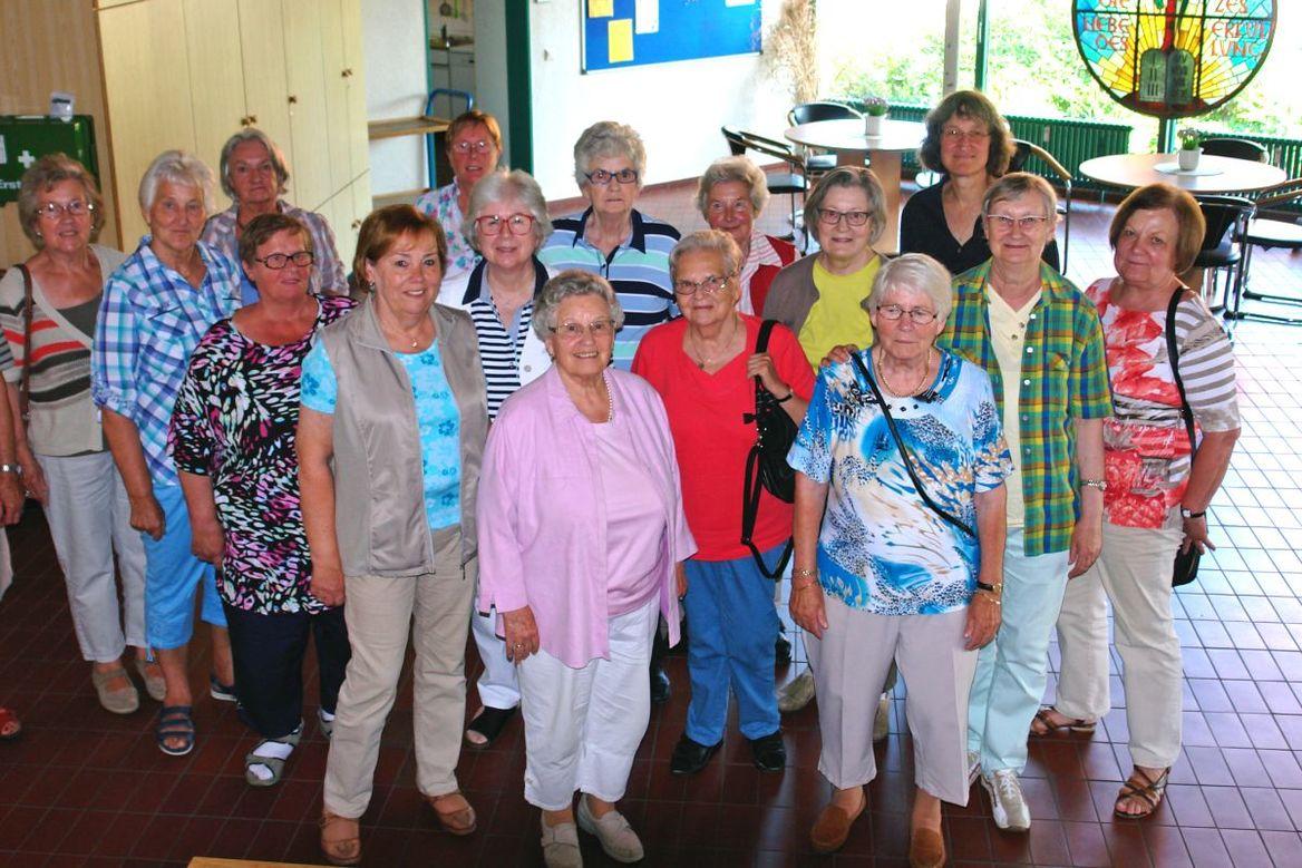 Eine Gruppe von 16 Frauen stehen zusammen und blicken in die Kamera. - Copyright: Ev.-Luth. Kirchengemeinde Schwarzenbek
