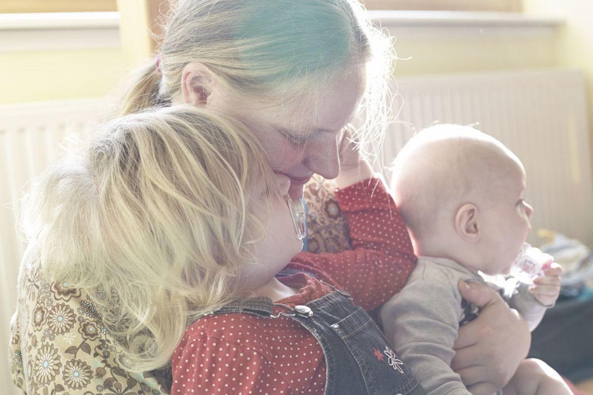 Mutter mit Säugling und Kleinkind auf dem Arm - Copyright: Ev.-Luth. Kirchengemeinde Schwarzenbek