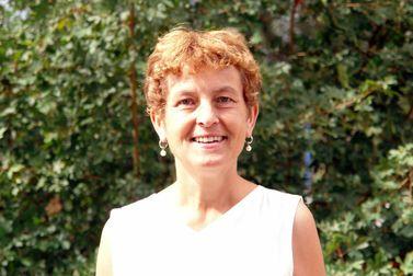 lächelnde Frau vor einer grünen Wand - Copyright: Ev.-Luth Kirchengemeinde Schwarzenbek
