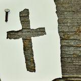 Kreuzauschnitt auf Papier liegt auf Holzbrett - Copyright: Pixabay_congerdesign