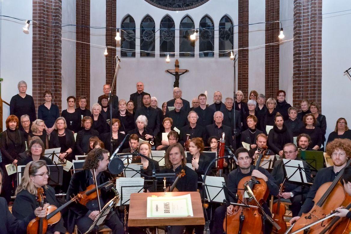 Orchester und Sängerinnen und Sänger in einer Kirche - Copyright: Ev.-Luth. Kirchengemeinde Schwarzenbek