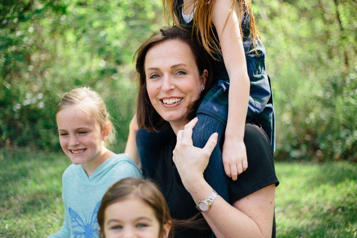 Mutter mit zwei Kindern neben sich und einem Kind auf den Schultern - Copyright: pixabay-2681243