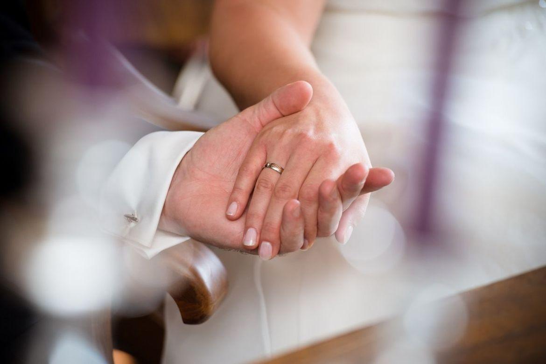 Hände eines Brautpaares, die sich halten - Copyright: pixabay marry-2002931