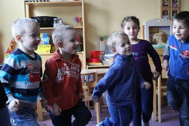 Vier kleine Jungs und ein Mädchen stehen zusammen und bewegen sich - Copyright: Ev.-Luth. Kirchengemeinde Schwarzenbek