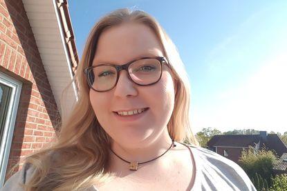 Frau Tanja Derlin-Schröder lächelt in die Kamera. Sie hat langes blondes Haar und trägt eine Brille. - Copyright: Ev.-Luth. Kirchengemeinde Schwarzenbek