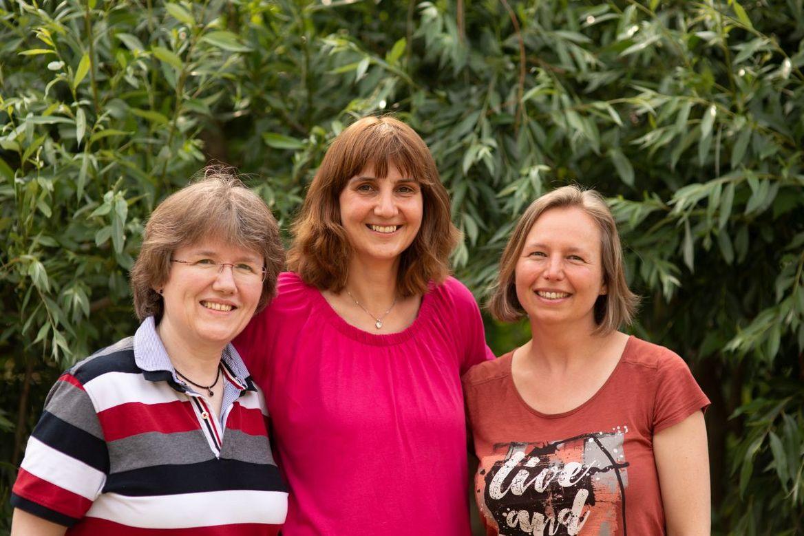 Drei Frauen lächeln in die Kamera. - Copyright: Ev.-Luth. Kirchengemeinde Schwarzenbek