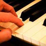 Klaviertatstatur mit einer Hand - Copyright: Pixabay_Thomas Breher