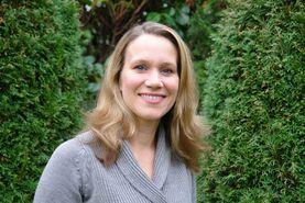 junge lachende Frau zwischen grünen Bäumen - Copyright: Ev.-Luth Kirchengemeinde Schwarzenbek