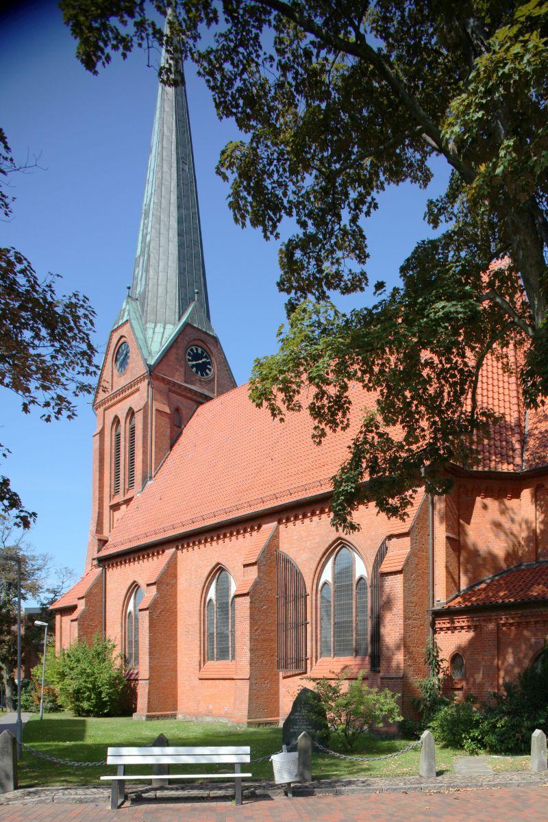 Ansicht der Schwarzenbeker Kirche St. Franziskus von der Seite - Copyright: Ev.-Luth. Kirchengemeinde Schwarzenbek