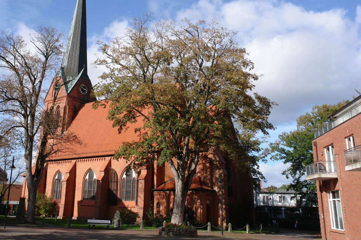 Kirchengebäude mit Bäumen